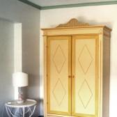 armadio classico in legno con decorazione a mano