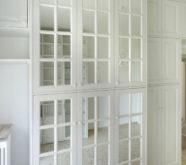 armadio in legno con specchi