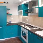 cucina in legno color acquamarina