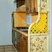cucina con divisorio decorato