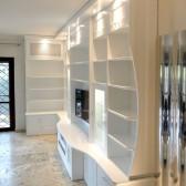 libreria sagomata in legno bianco