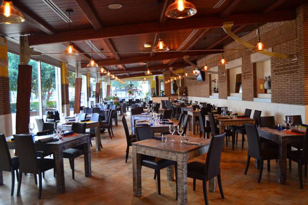 Tavoli in legno progettazione e realizzazione su misura in vero legno - Ristorante con tavoli all aperto roma ...