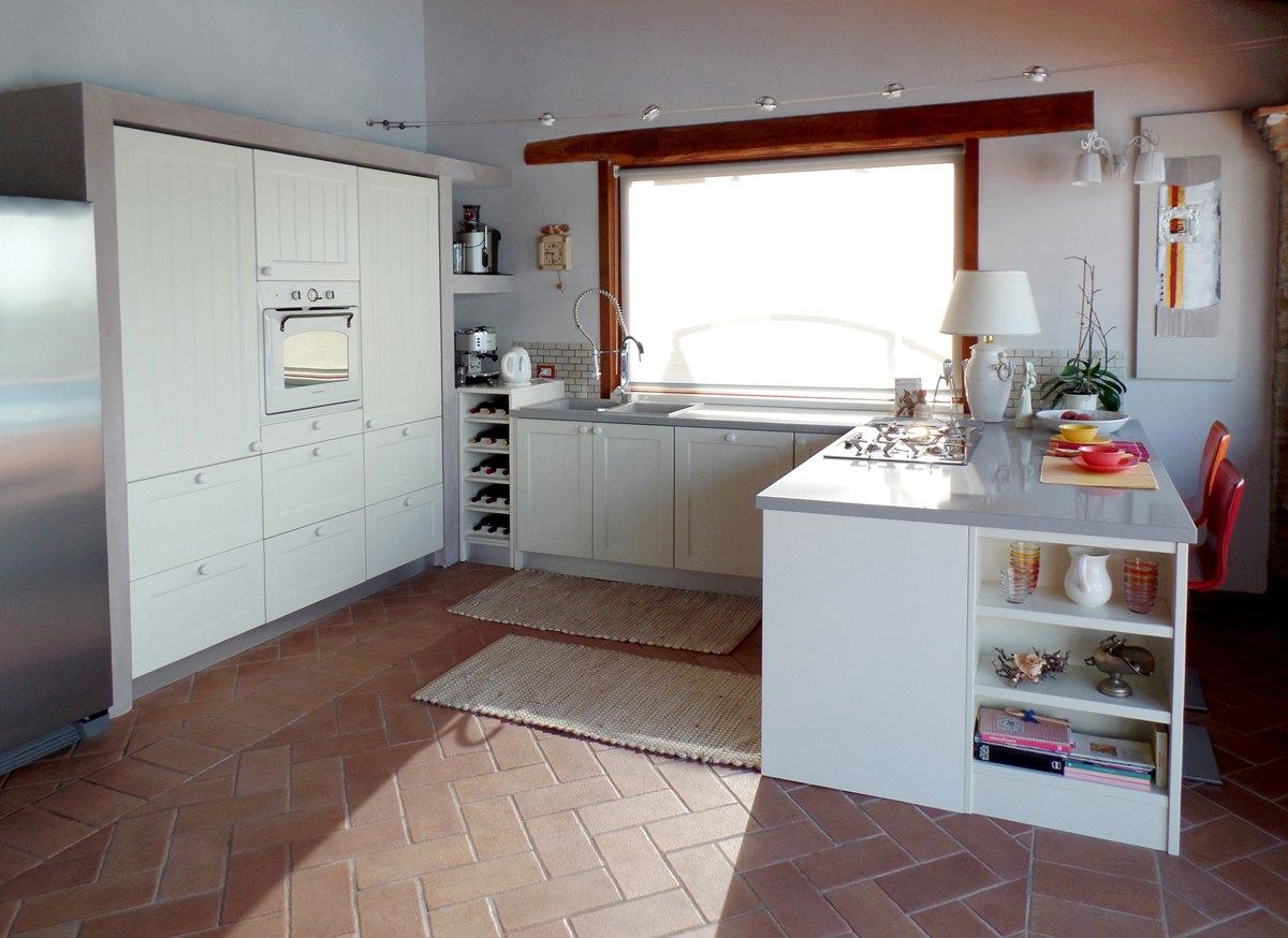 Cucina Su Misura In Legno Massello Con Isola Cucina Habito By Pictures ...