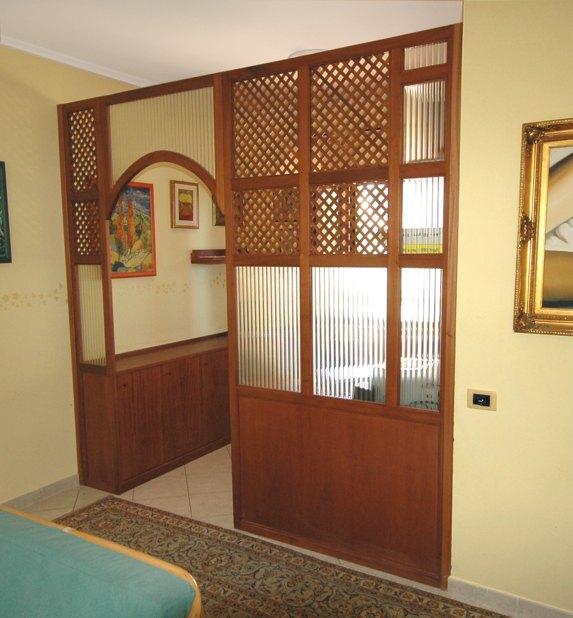 Foto pareti divisorie in legno, vetro e plexiglass su misura