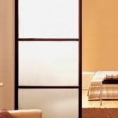 piccole pareti divisorie in legno e plexiglass