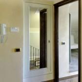 porta in legno con specchio