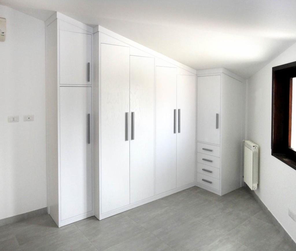Armadi bassi per mansarde roma design casa creativa e for Armadi prezzi bassi