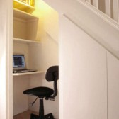 scrivania in legno sotto la scala
