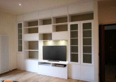 Zona soggiorno con mobile libreria su misura per tv