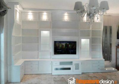 Soggiorno con libreria in legno e parete per tv