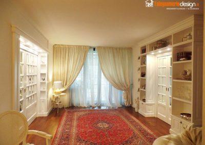 Libreria su misura in legno per soggiorno con boiserie