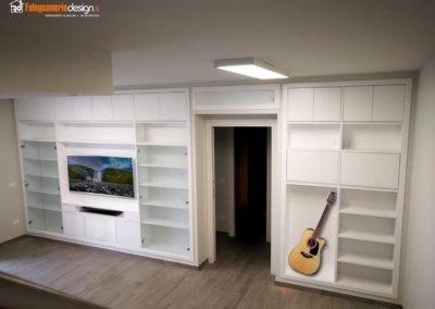 Soggiorno con libreria in legno su misura