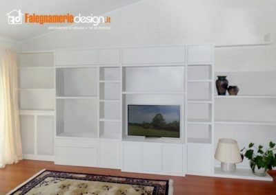 Soggiorno con libreria a parete, design moderno bianco
