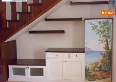 Soggiorno e cucina con parete attrezzata e decorazione pittorica