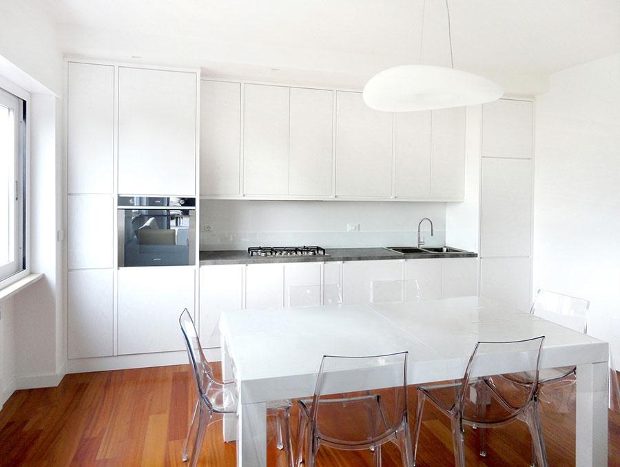 cucina bianca con pensili alti