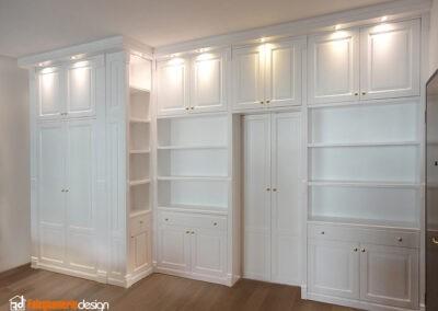 Soggiorno con parete libreria e porta scorrevole in legno, stile classico