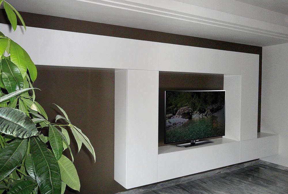 parete attrezzata con tavole di legno in stile minimal