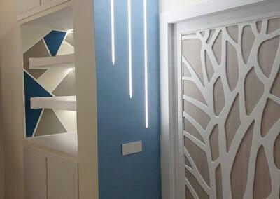 Soggiorno moderno con porta decorata